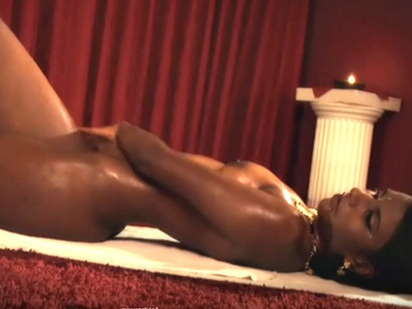 sexy-asuan-rubbing-oil-on-her-body